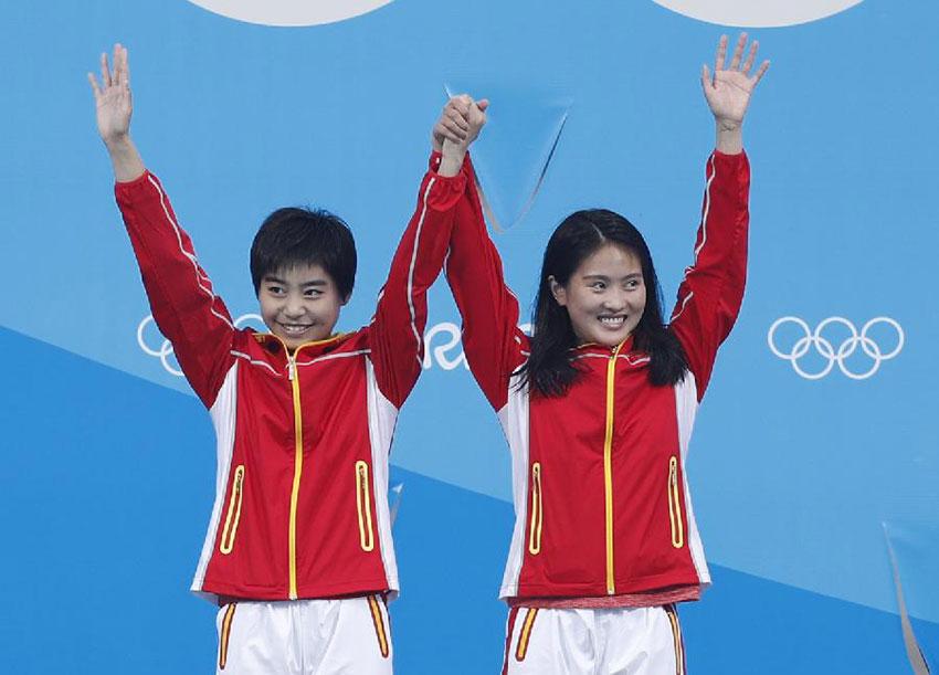 中国选手陈若琳(右)/刘蕙瑕在颁奖仪式上。新华社记者费茂华摄