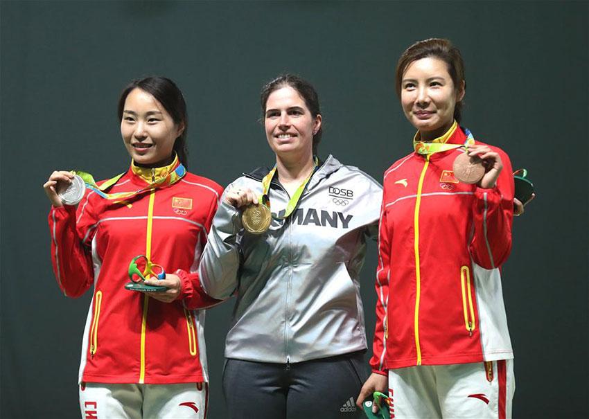 德国选手艾恩莱德(中)、中国选手张彬彬(左)与杜丽在颁奖仪式上。新华社记者曹灿摄