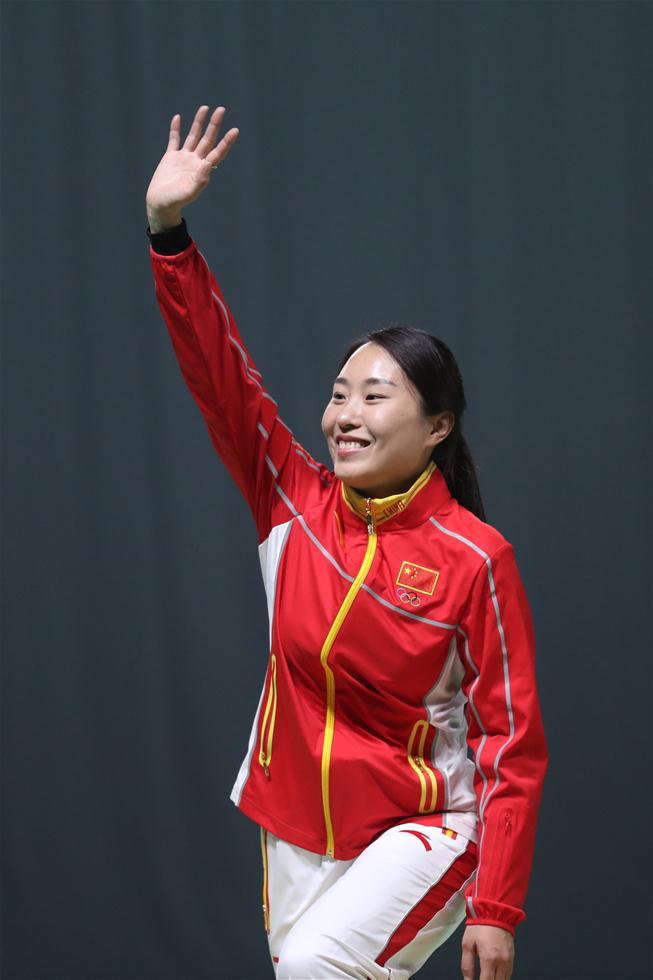 中国选手张彬彬在颁奖仪式上。新华社记者曹灿摄