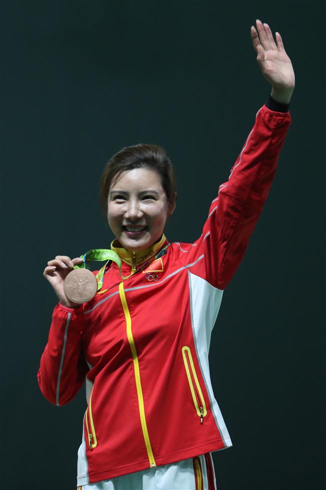 中国选手杜丽在颁奖仪式上。新华社记者曹灿摄