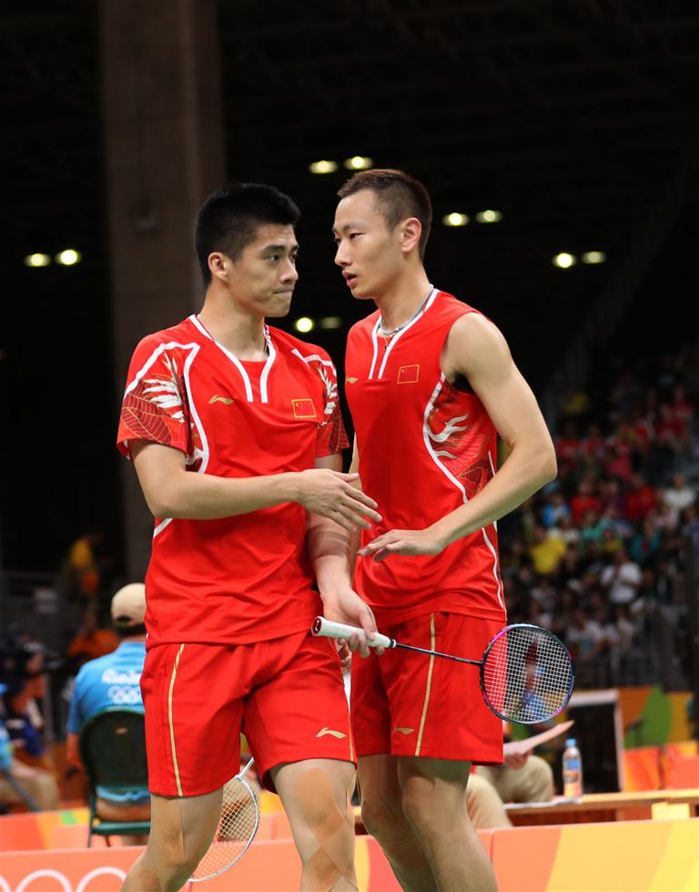中国选手傅海峰/张楠(右)在比赛中交流