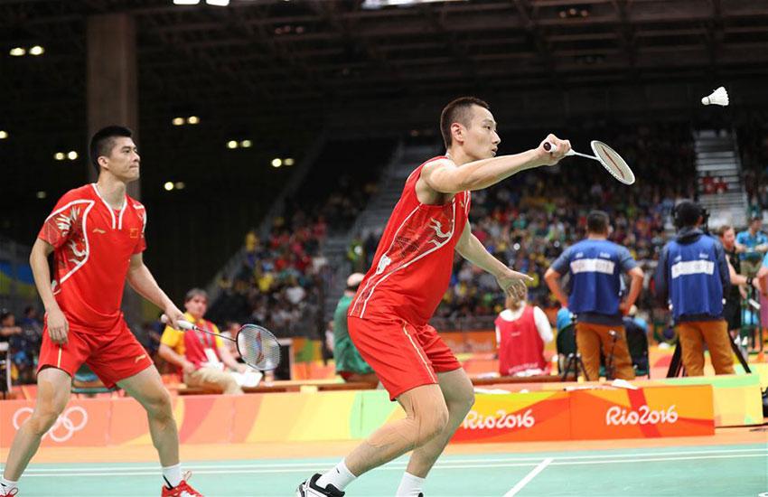 中国选手傅海峰/张楠(右)在比赛中