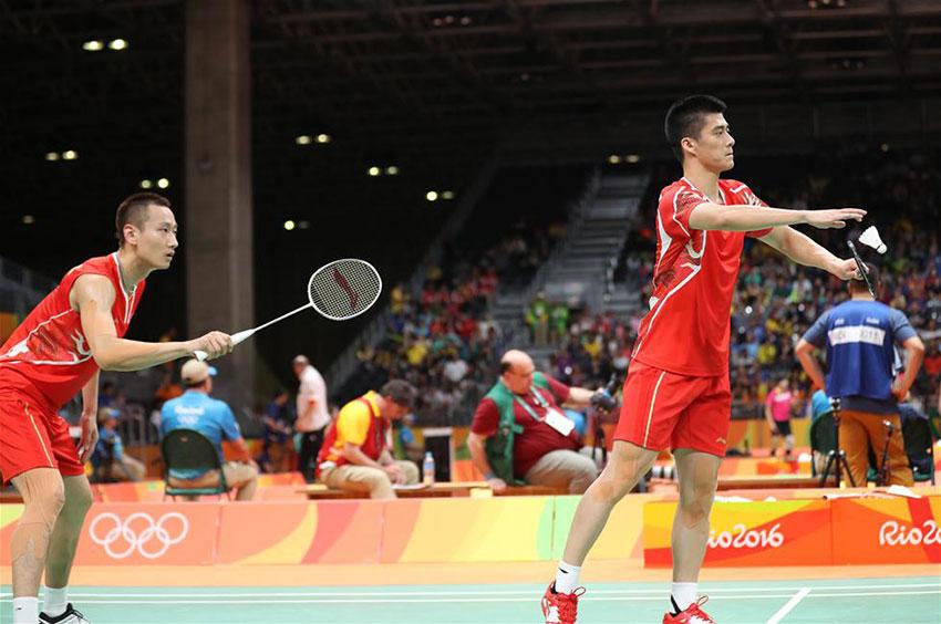 中国选手傅海峰/张楠(左)在比赛中