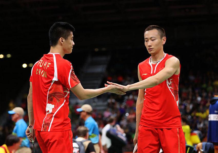 中国选手傅海峰/张楠(右)在比赛结束时庆祝胜利