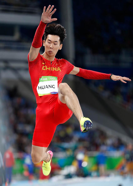 中国选手黄常洲在资格赛中