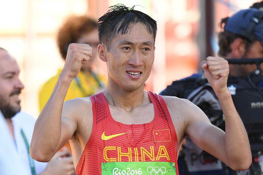 中国选手王镇抵达终点后庆祝胜利
