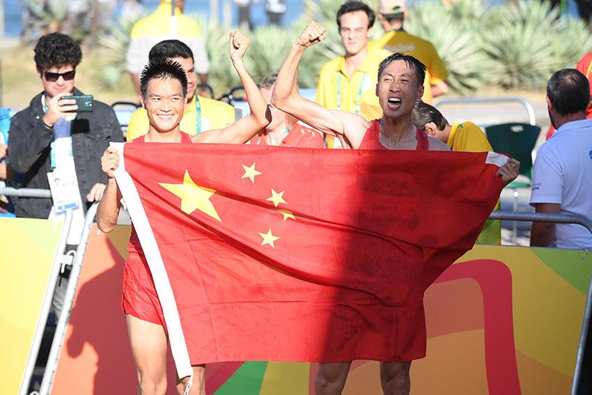 中国选手王镇(右)与队友蔡泽林一同庆祝胜利