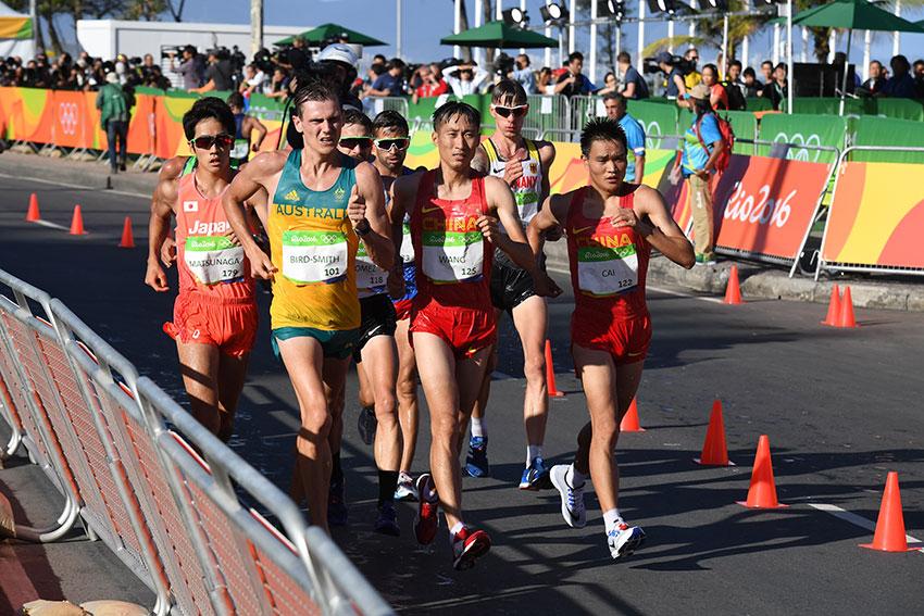 中国选手王镇(前排中)与队友蔡泽林(前排右)在比赛中
