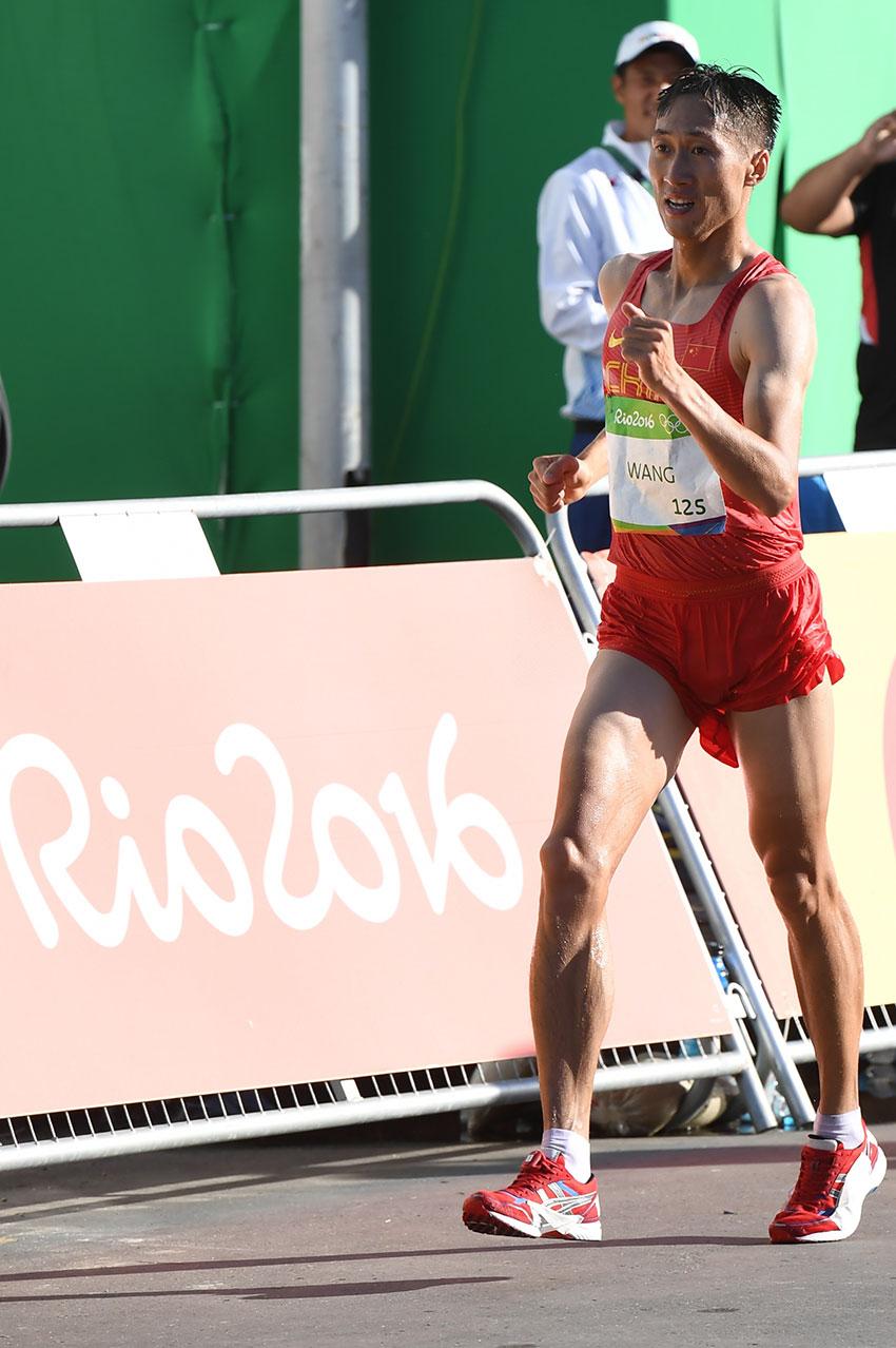 中国选手王镇在比赛中