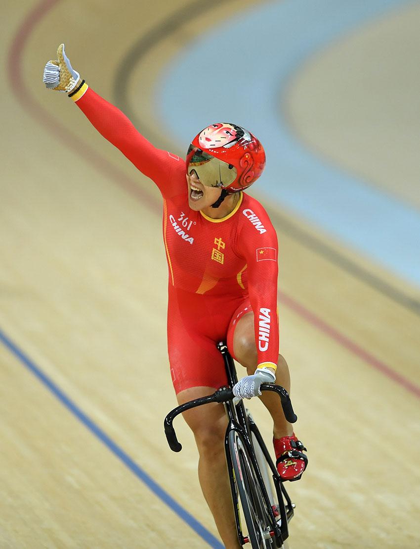 中国队选手宫金杰冲过终点线后庆祝