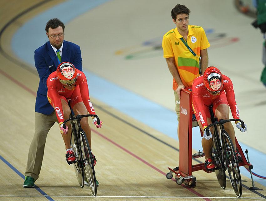 中国队选手宫金杰(右前)和钟天使(左前)在比赛中准备出发