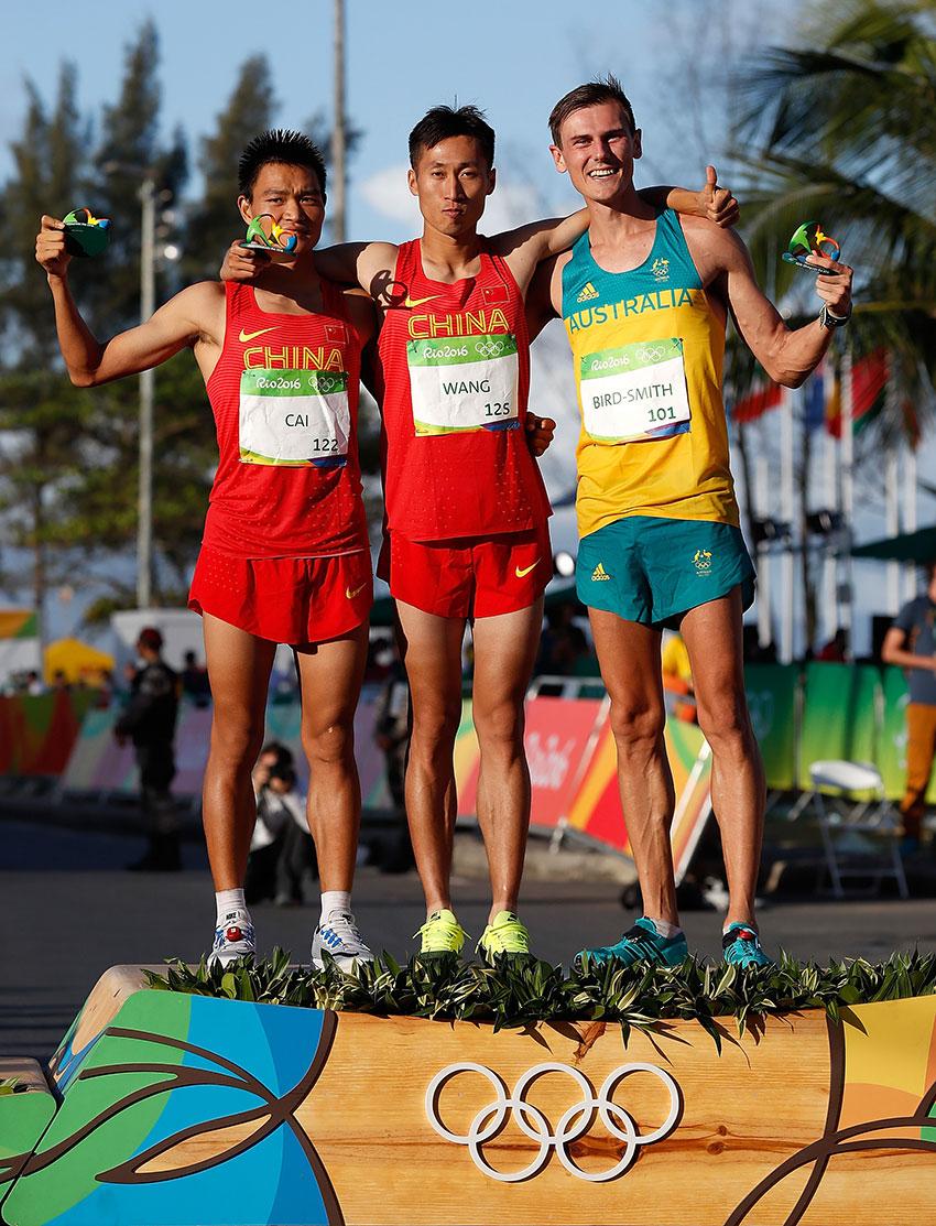 王镇(中)、蔡泽林(左)与丹·伯德-史密斯在赛后的颁发纪念品仪式上。新华社记者王丽莉摄