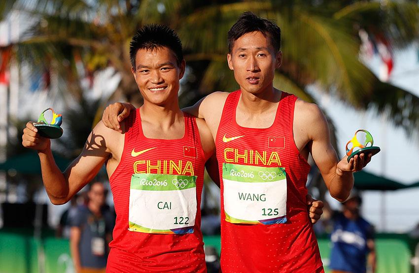 王镇(右)与蔡泽林在赛后的颁发纪念品仪式上合影。新华社记者王丽莉摄
