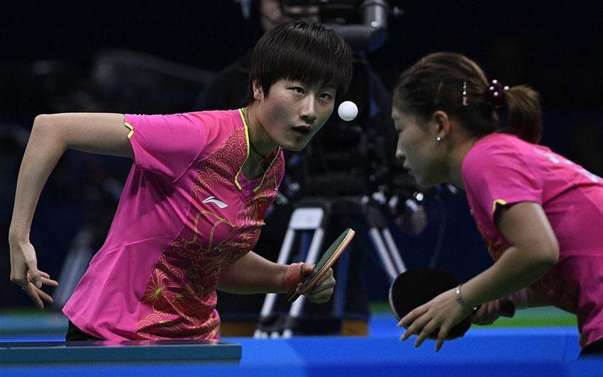 中国队选手刘诗雯(右)/丁宁在比赛中。最终,她们以3比0战胜对手。
