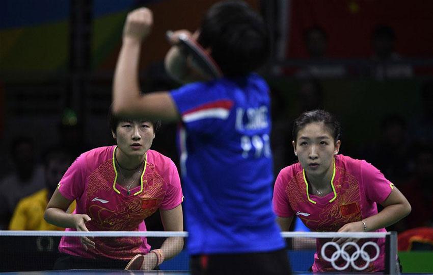 中国队选手刘诗雯/丁宁(左)在比赛中。最终,她们以3比0战胜对手。