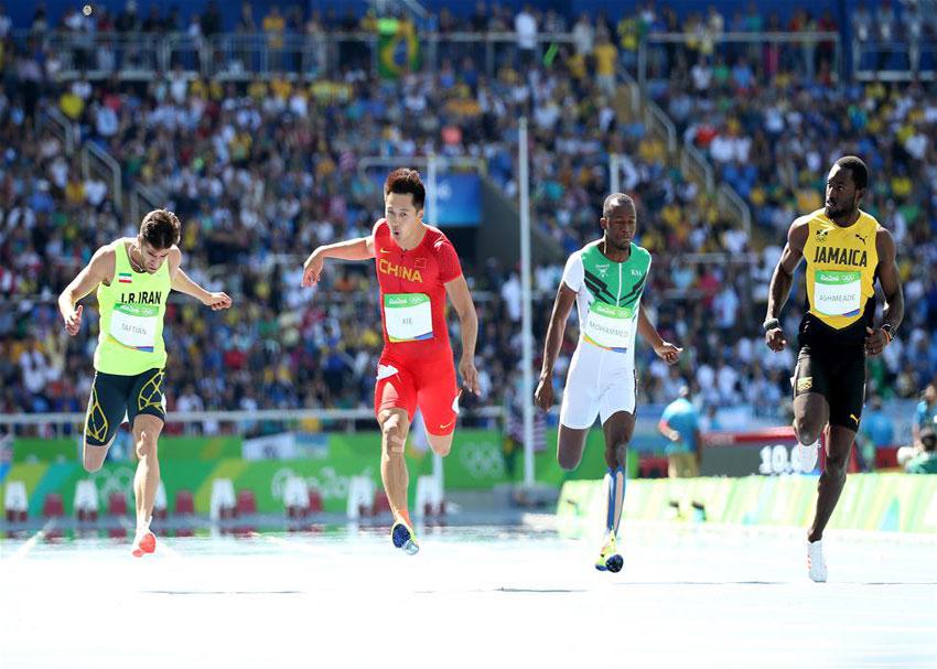 中国选手谢震业(左二)在比赛中