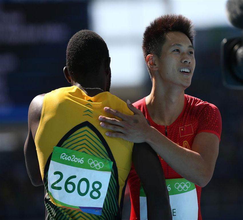 中国选手谢震业(右)在赛后接受祝贺