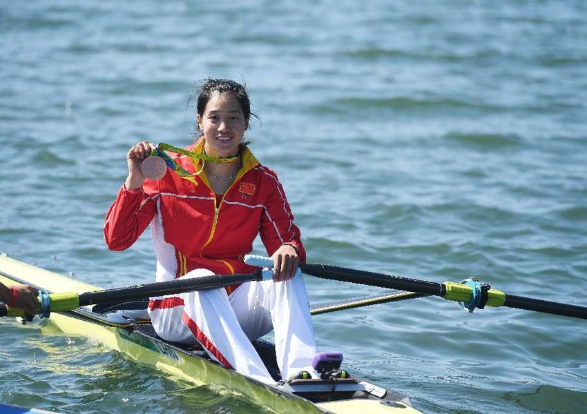 中国选手段静莉展示奖牌