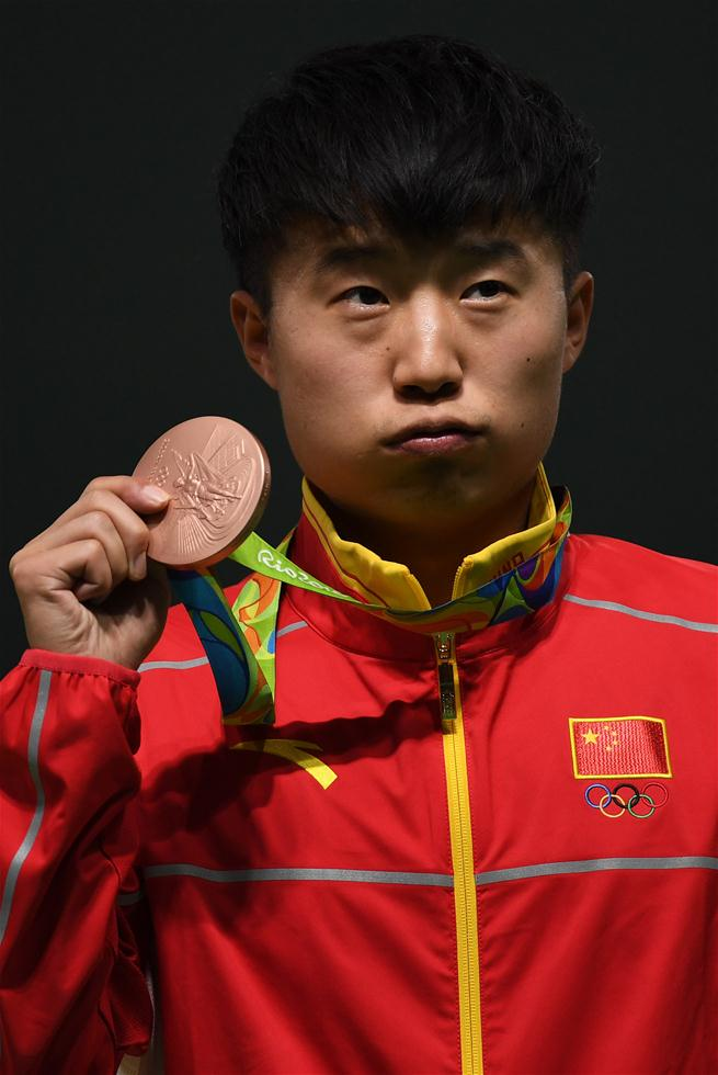 中国选手李越宏在颁奖仪式上