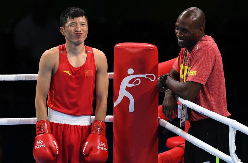 中国选手张家玮(左)和他的教练在比赛前