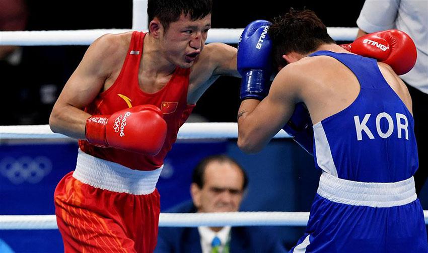 中国选手张家玮(左)和韩国选手咸相明在比赛中
