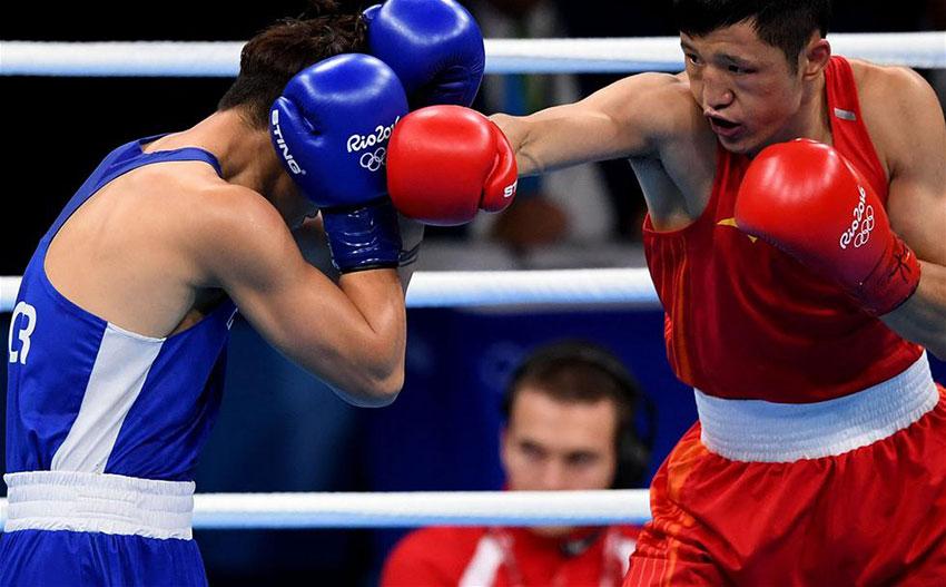 中国选手张家玮(右)和韩国选手咸相明在比赛中