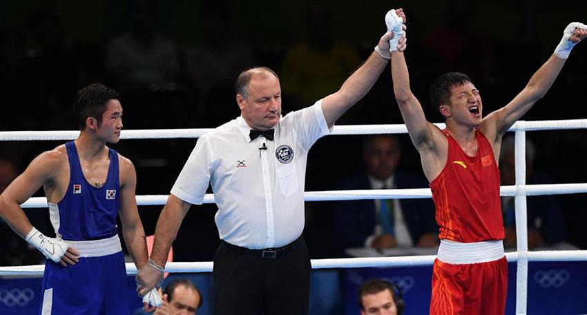 裁判宣布中国选手张家玮(右)获胜