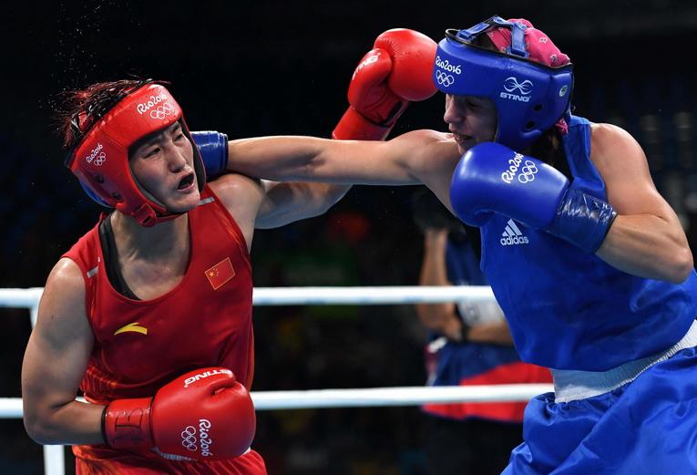 中国选手尹军花(左)在比赛中