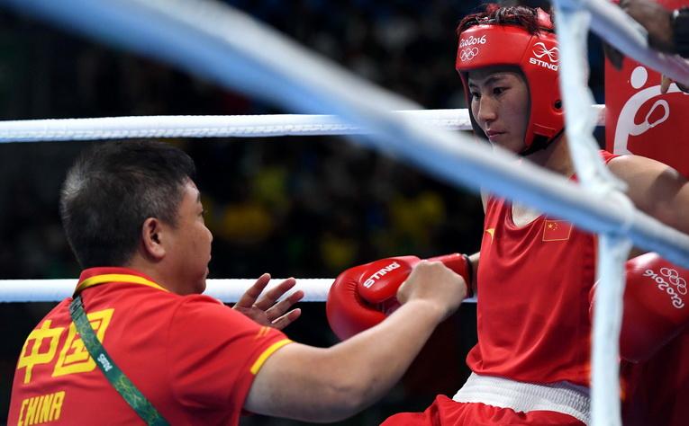 中国选手尹军花(右)在比赛间歇接受教练指导