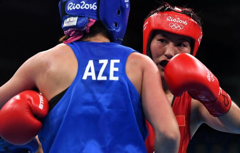 中国选手尹军花(右)在比赛中