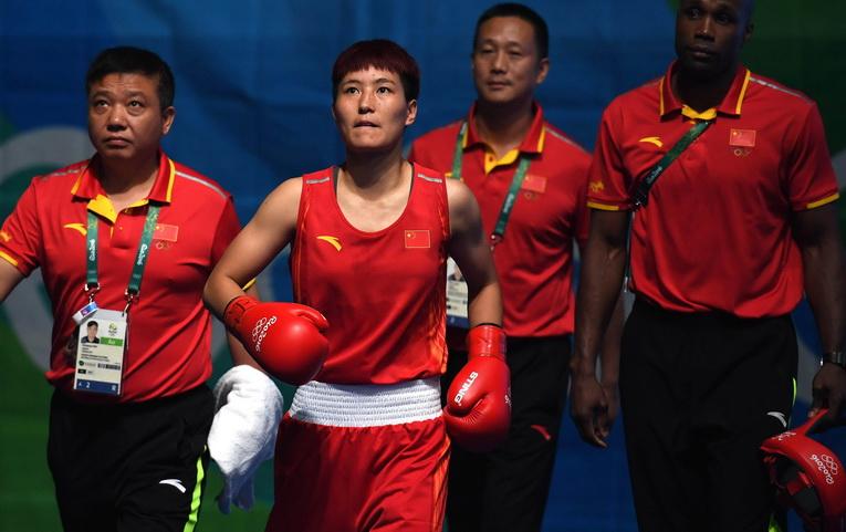 中国选手尹军花(左二)在赛前出场