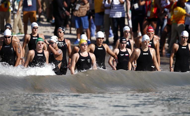 中国选手辛鑫(中)在比赛前与其他选手一同下水