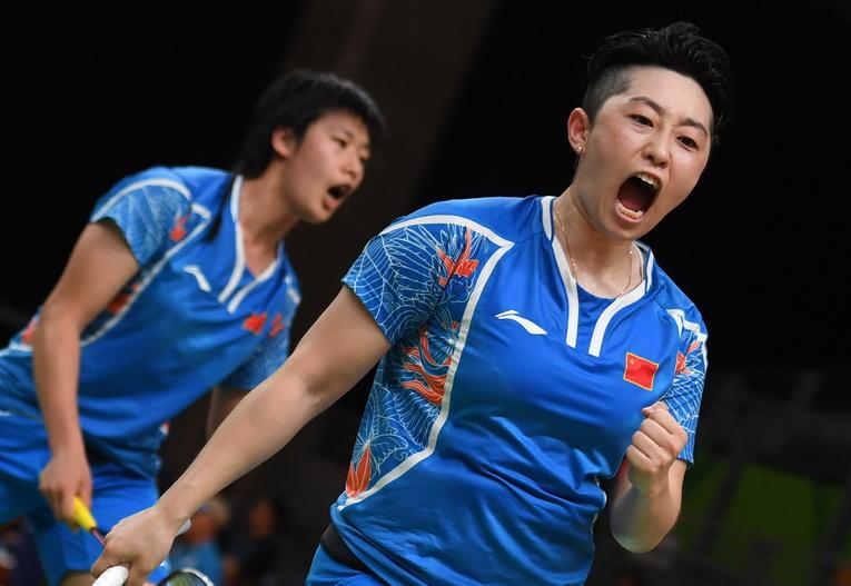 中国队选手唐渊渟/于洋(右)在比赛中为自己加油
