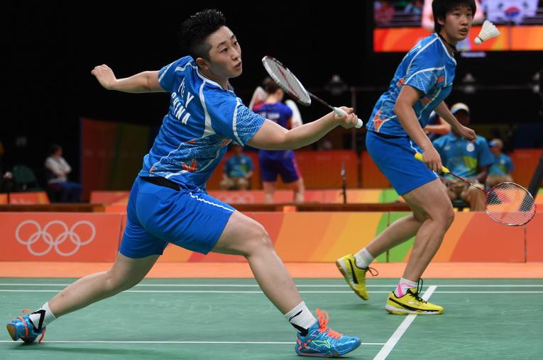 中国队选手唐渊渟/于洋(左)在比赛中
