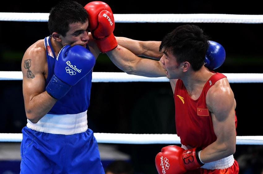 中国选手胡建关(右)和亚美尼亚选手阿布加彦在比赛中