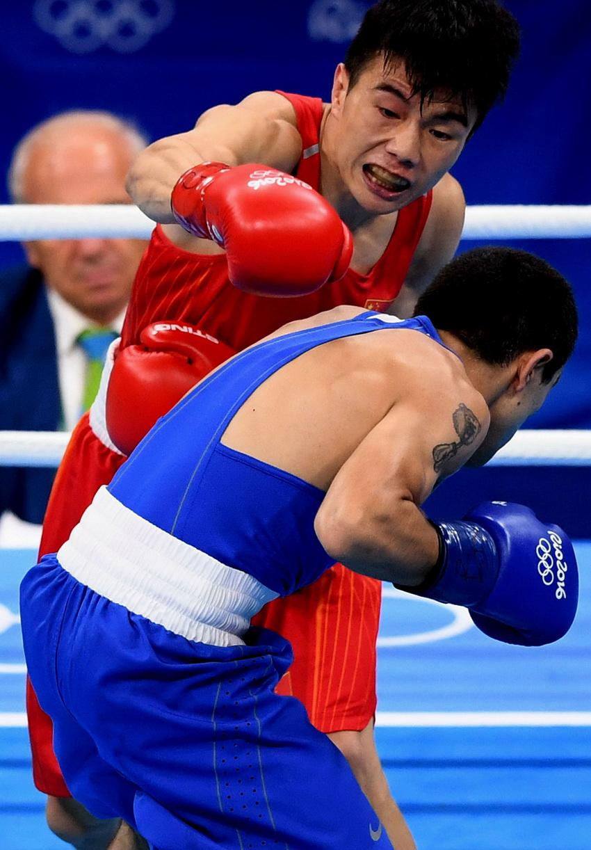 中国选手胡建关(上)和亚美尼亚选手阿布加彦在比赛中