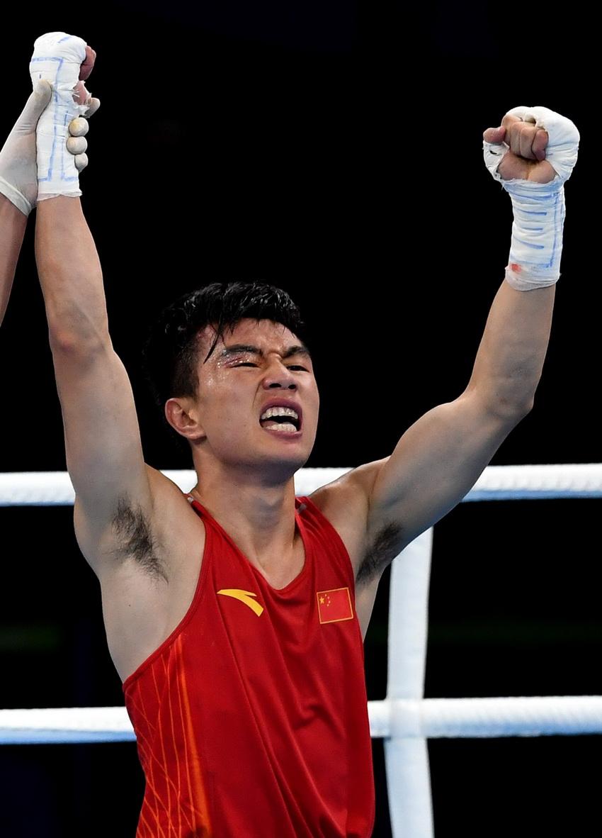 中国选手胡建关在赛后庆祝胜利