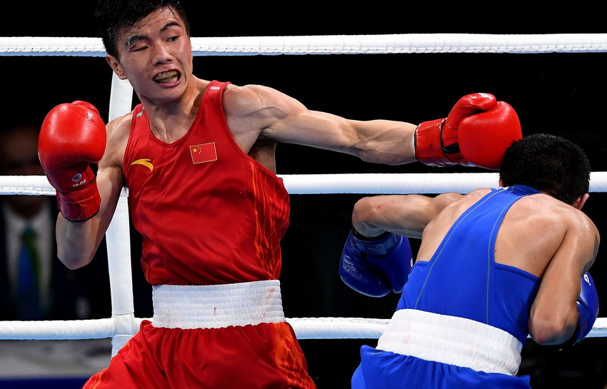 中国选手胡建关(左)和亚美尼亚选手阿布加彦在比赛中