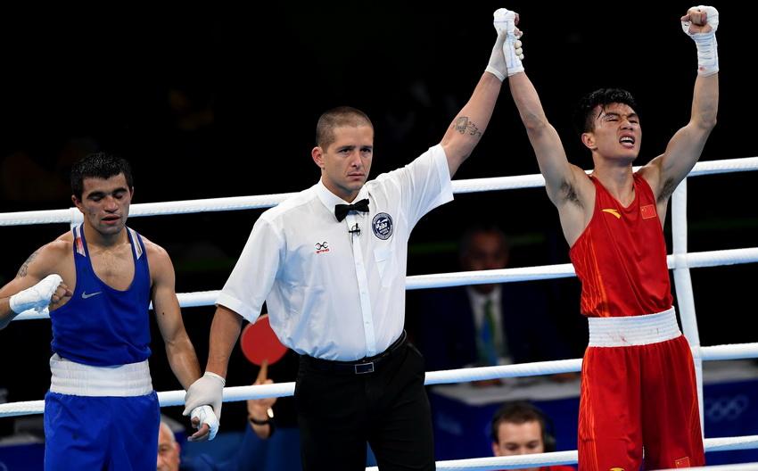 裁判判定中国选手胡建关(右)获胜