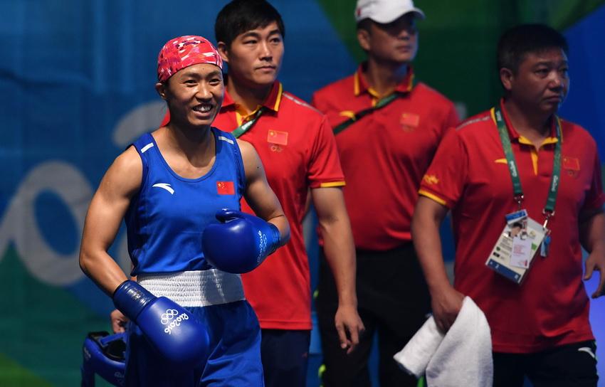 中国选手任灿灿(左前)赛前入场