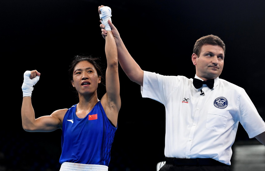 中国选手任灿灿(左)被裁判判定获胜
