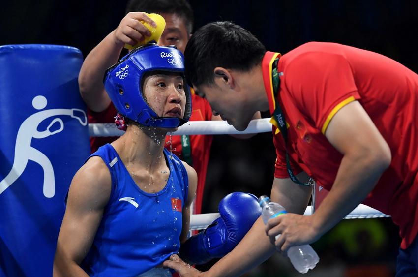 中国选手任灿灿(左)在比赛间歇