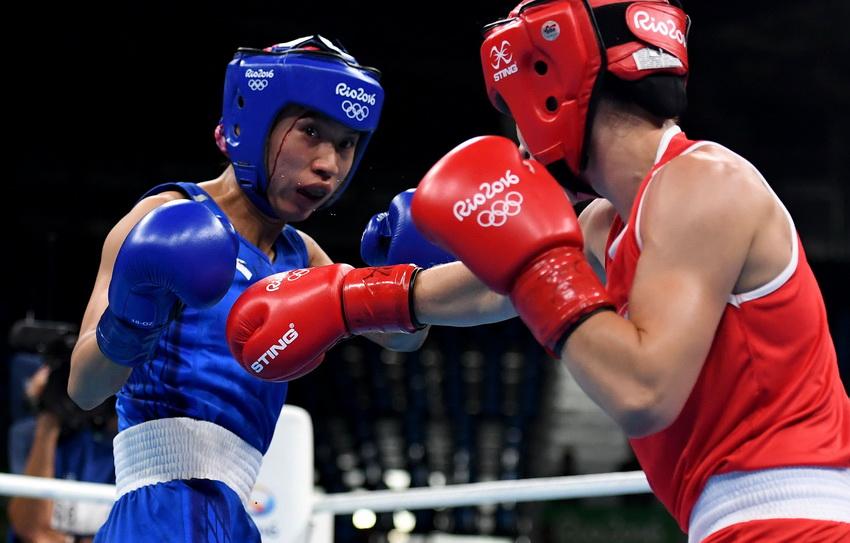 中国选手任灿灿(左)与加拿大选手布乔尔德在比赛中