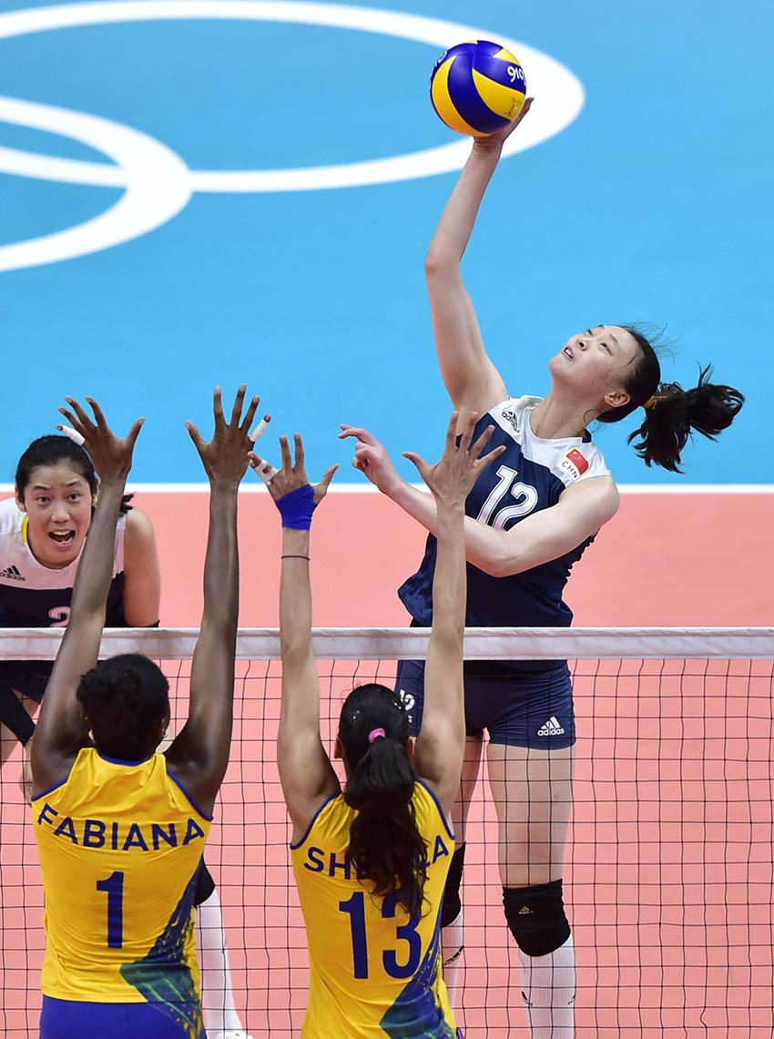 惠若琪(右一)在比赛中扣球