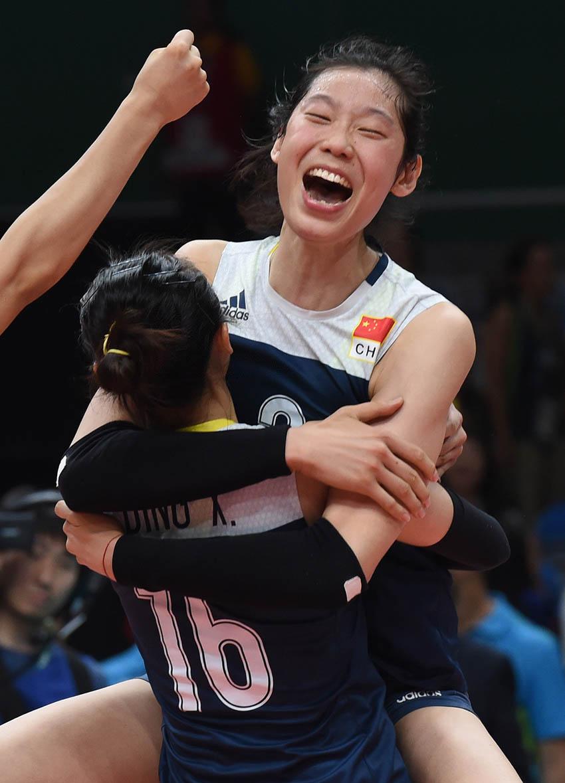 朱婷(上)和队友拥抱庆祝胜利
