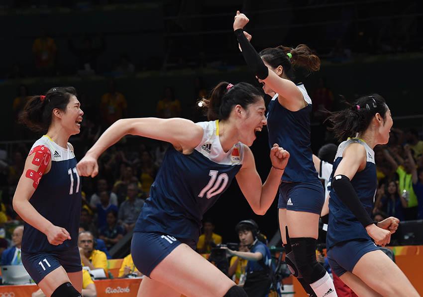 中国队球员在赛后庆祝胜利