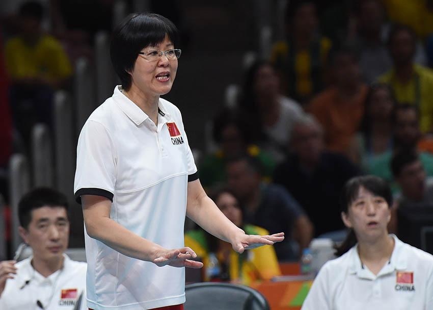 中国队主教练郎平(右)在场边指挥