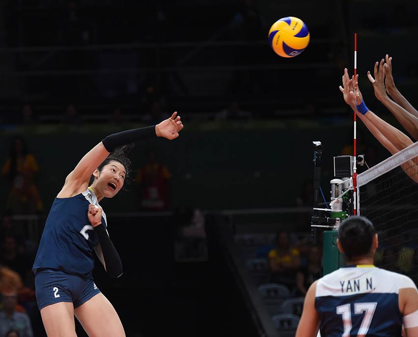 朱婷(左一)在比赛中扣球