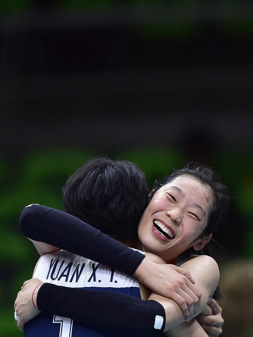 朱婷(右)在赛后和队友拥抱庆祝胜利