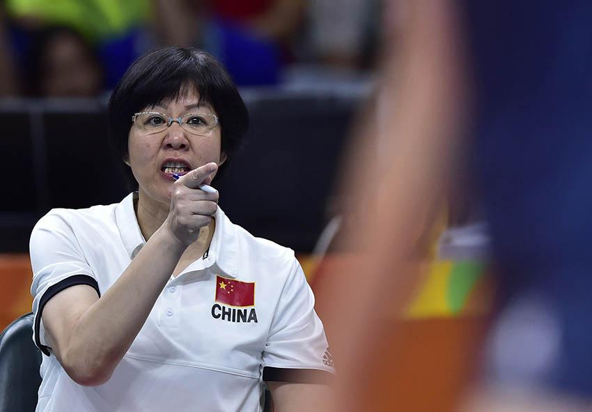 中国队主教练郎平在场边指挥